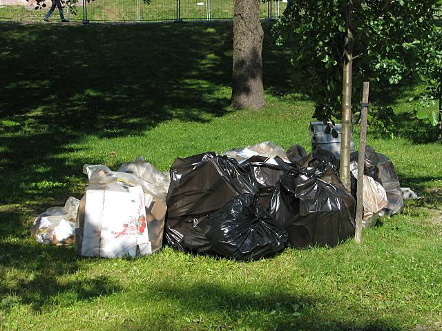 Jätesäkkejä Summer Upin jälkeisenä maanantaina päälavan alueella. Kuva: Kelmin Lumo